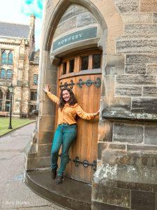 Universidad de Glasgow chica